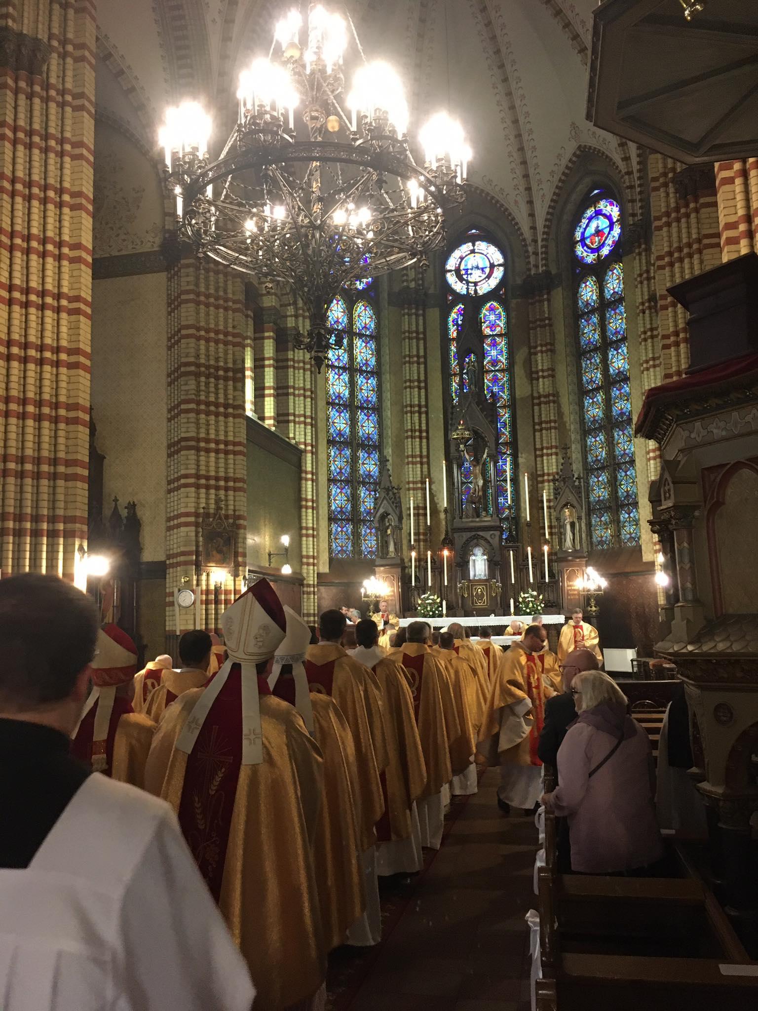 Ceturdienas tradīcija lūgties par priesteriem